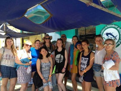 Safari Olas con un grupo en El Ñuro